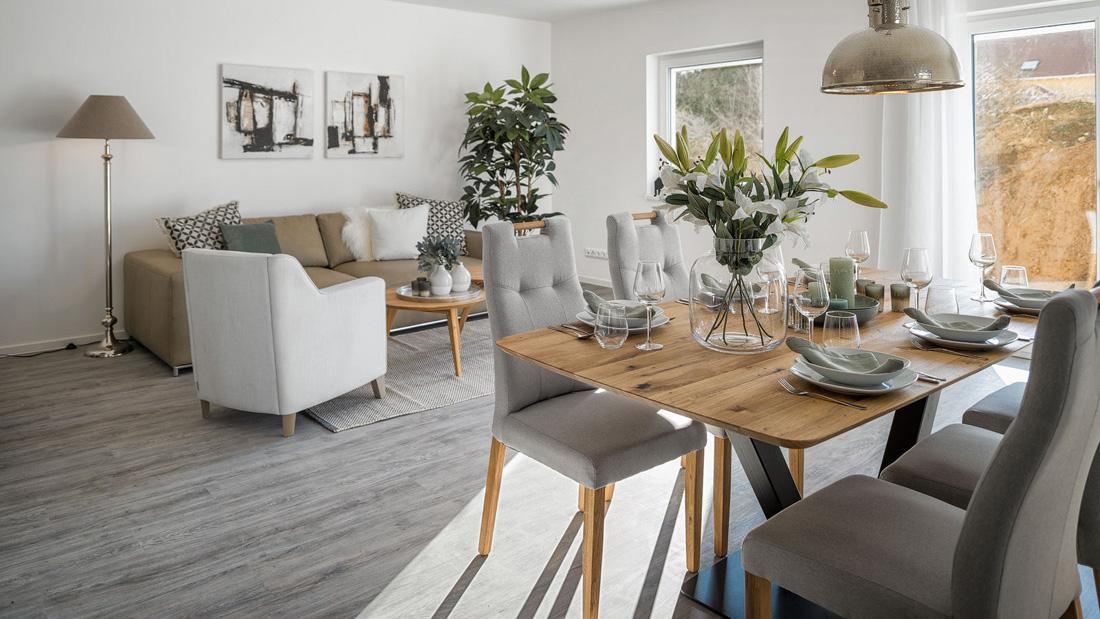 Wohnzimmer-mit-Esstisch
